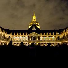 La cour d'Honneur illuminée par le spectacle La Nuit aux Invalides